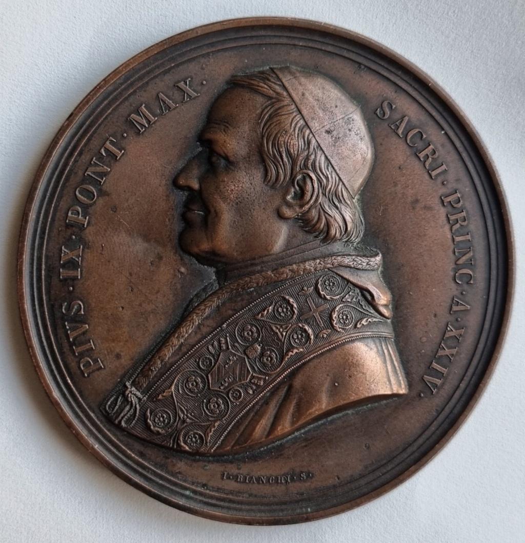Besoin d'aide sur cette médaille 1869. Stato Pontificio. PIO IX (1846-1878) 1869_s10