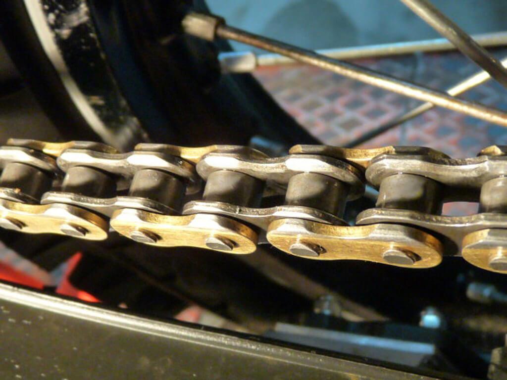 Entretien chaine de transmission moto. Chai0214