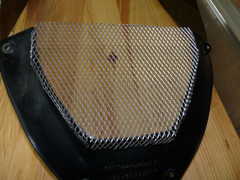 Pose d'une grille de protection sur carénage. Gril0013