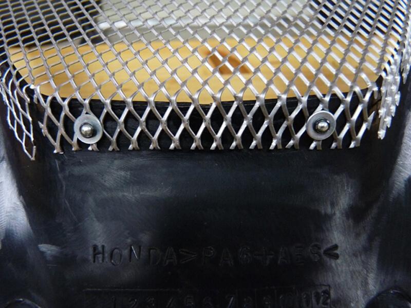 Pose d'une grille de protection sur carénage. Gril0018