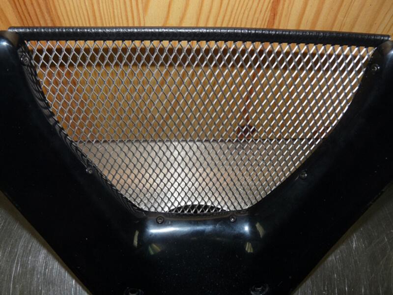 Pose d'une grille de protection sur carénage. Gril0112