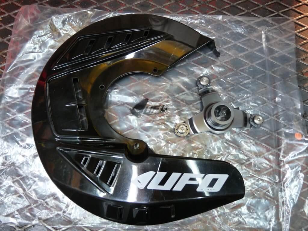 Montage d'une protection de disque/étrier de frein avant. Protdf10