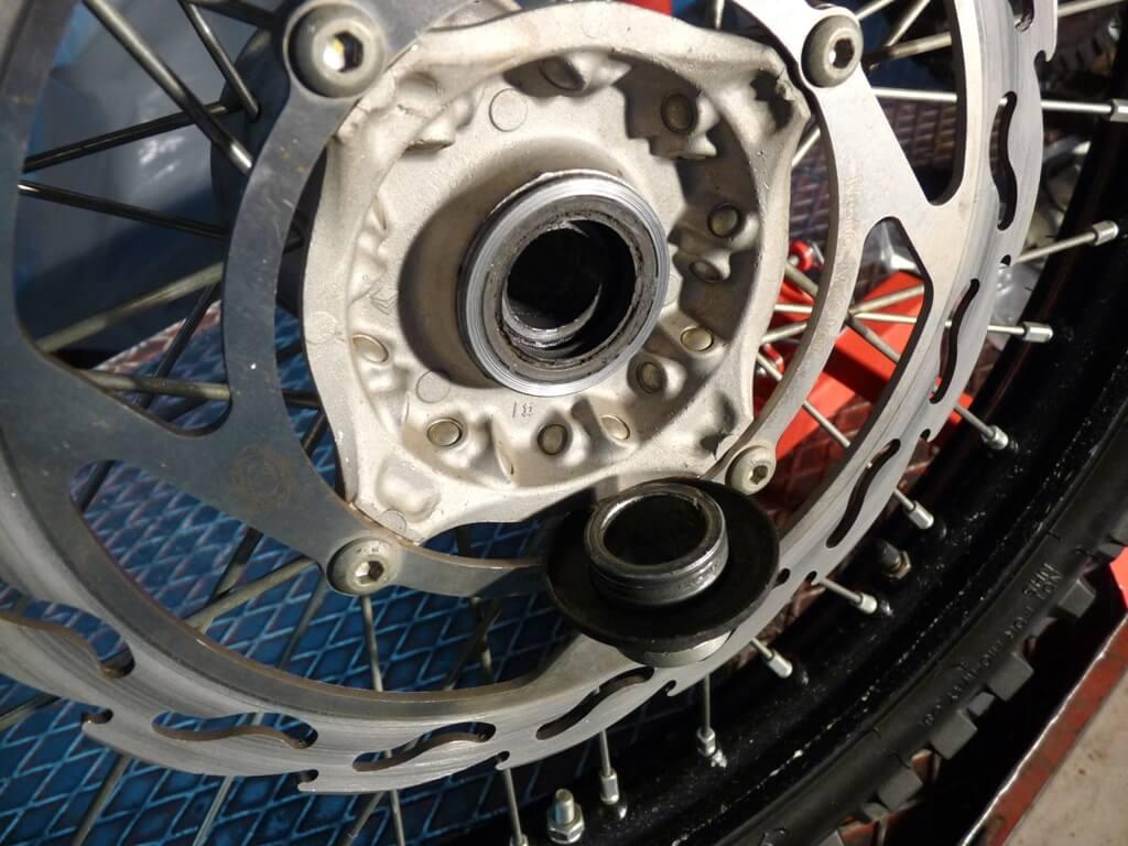 Montage d'une protection de disque/étrier de frein avant. Protdf14