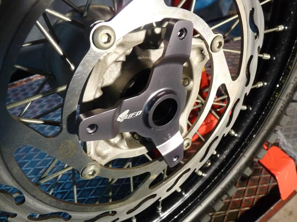 Montage d'une protection de disque/étrier de frein avant. Protdf20