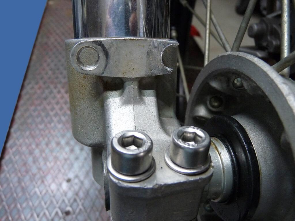 Remise en état des fixations de protection de tube de fourche. Supf0010
