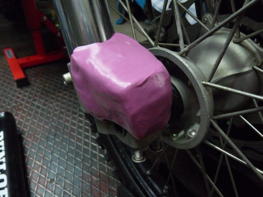 Remise en état des fixations de protection de tube de fourche. Supf0018