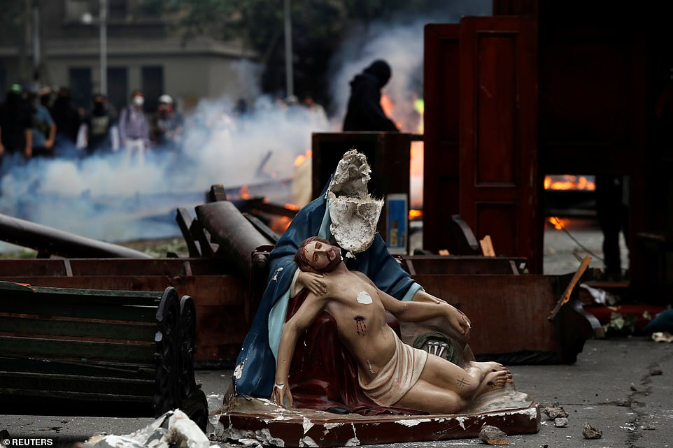 Eglise pillée au Chili lors de manifestation 20786411