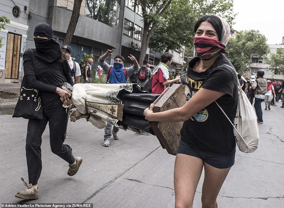 Eglise pillée au Chili lors de manifestation 20786412