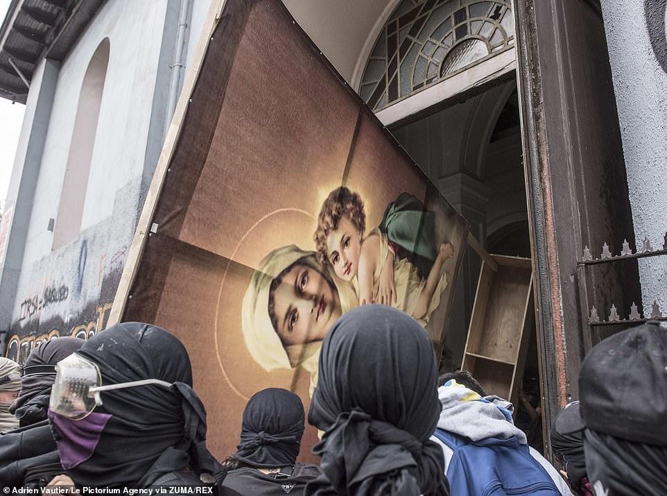 Eglise pillée au Chili lors de manifestation 20786511