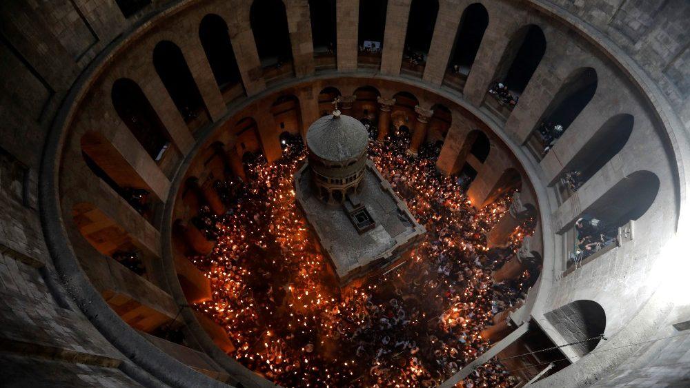 Pâques Catholique Orthodoxe  au Saint Sépulcre - Miracle du Saint Feu - Page 2 Cq5dam10