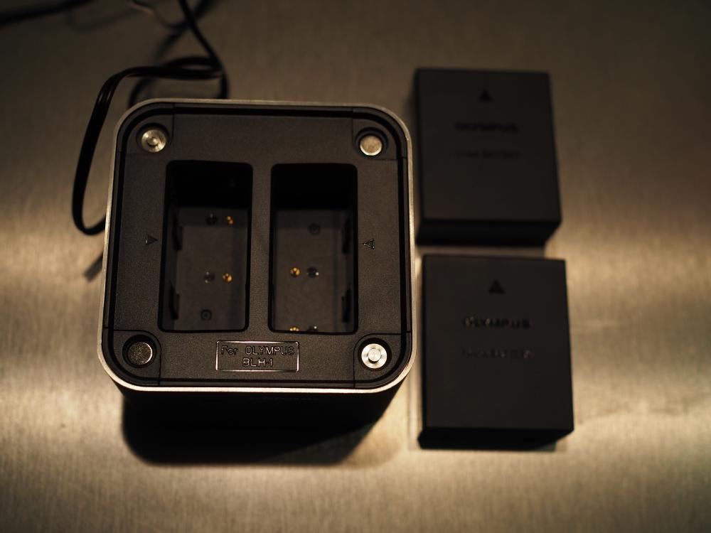 Chargeur double pour Oympus:  Hänel pro Cube 2 (pour BLH1 et BLN1) Pc290111