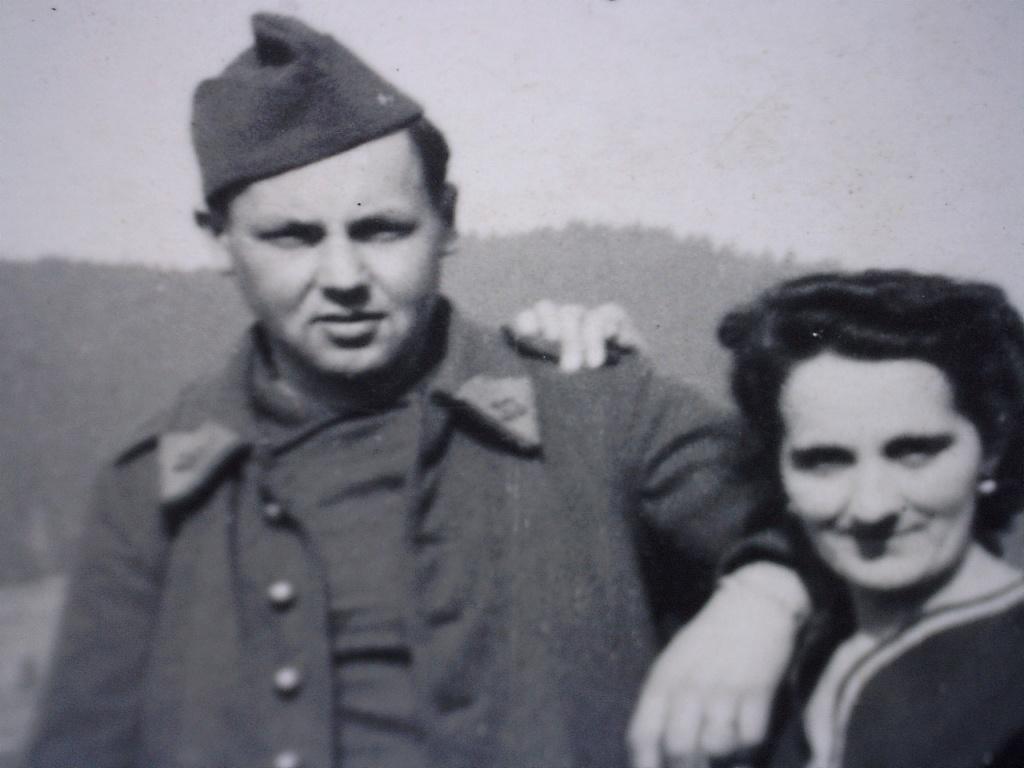 A identifier militaire avec sa copine. 20429124