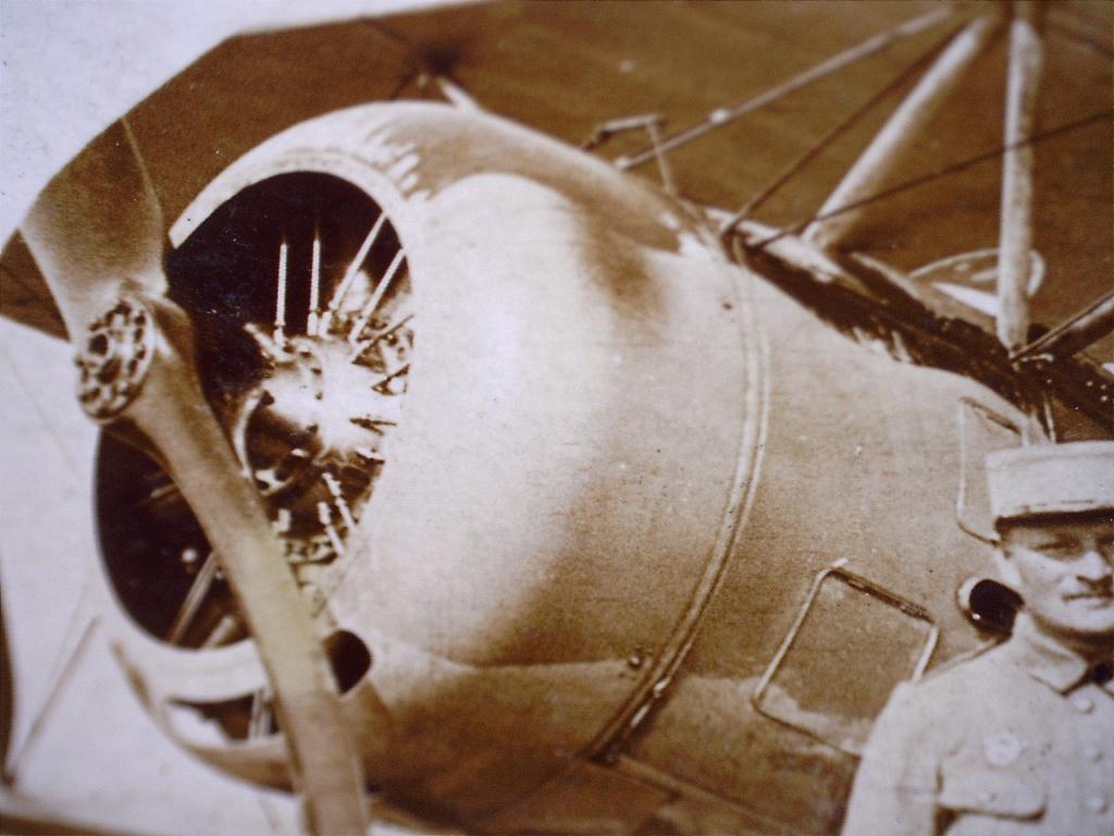 A identifier 2 aviateurs à coté avion (scie ? en logo sur avion) 20531718