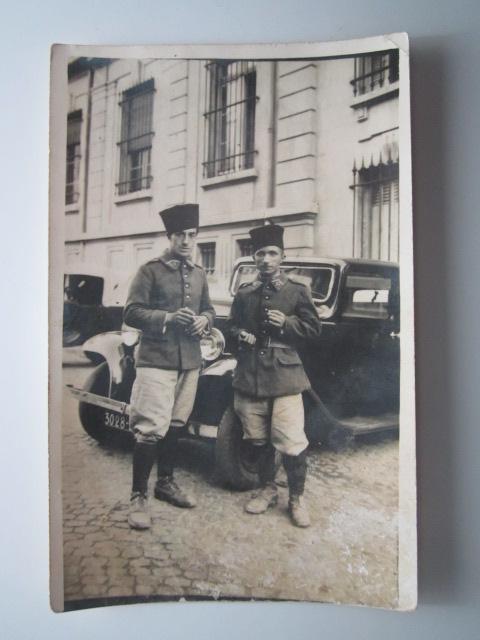 A identifier 2 soldats devant vieille voiture traction ? numéro 27  Img_1019