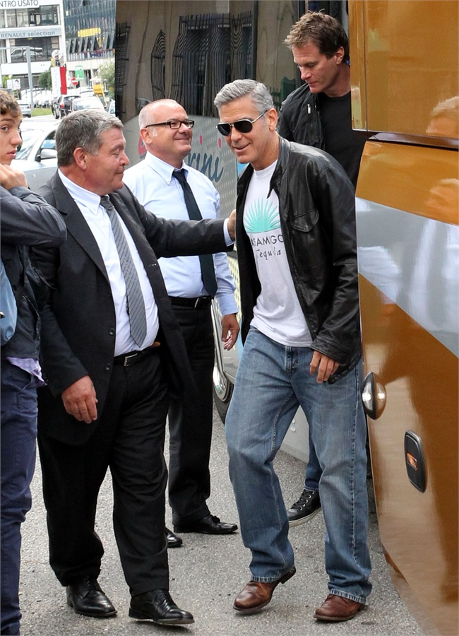 Photos: George Clooney and Sandra Bullock at his house in Italy Vff_cl12