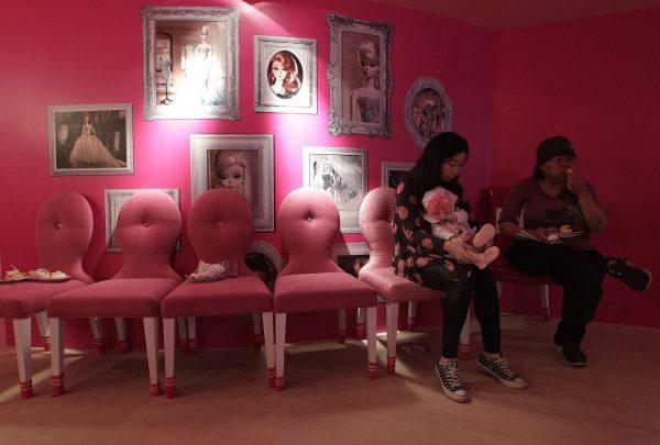 Prendre son goûter dans le décor de Barbie Barbie17