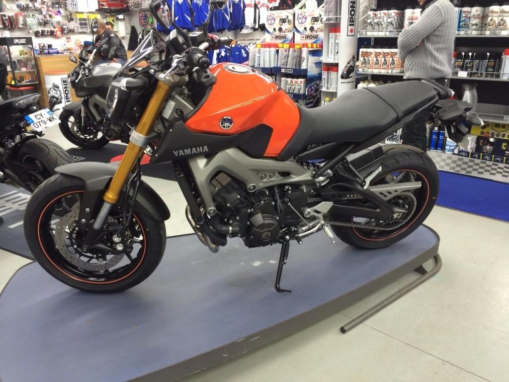 Première [Yamaha MT-09] sur le forum : celle de l'admin ;-) Une Orange ! Photo_10