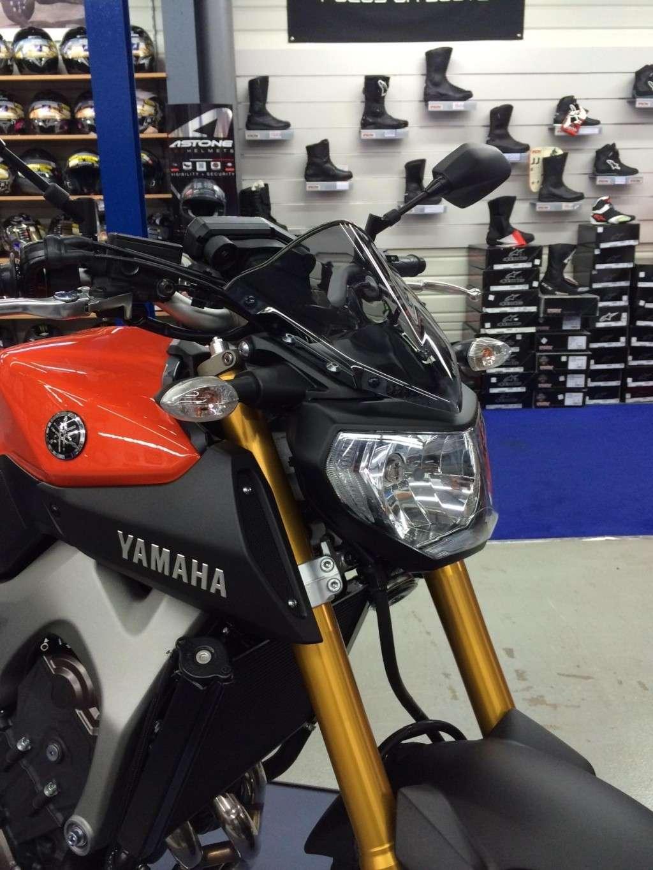 Première [Yamaha MT-09] sur le forum : celle de l'admin ;-) Une Orange ! Photo_13
