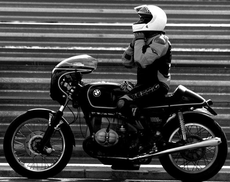 C'est ici qu'on met les bien molles....BMW Café Racer - Page 4 0510