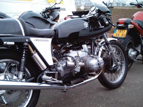 C'est ici qu'on met les bien molles....BMW Café Racer - Page 5 A050re10