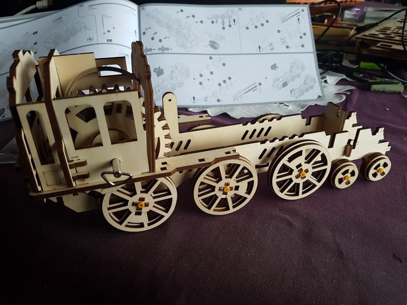 """La locomotive à vapeur en bois de chez """"Nature & Découvertese""""  Loco_m37"""