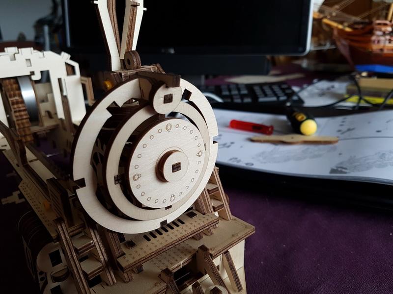 """La locomotive à vapeur en bois de chez """"Nature & Découvertese""""  Loco_m40"""