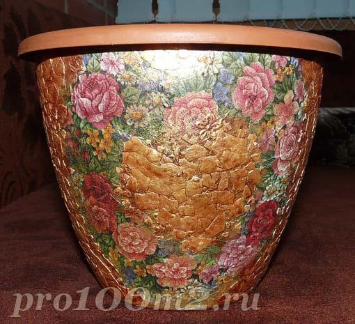Декорируем горшок мозаикой из яичной скорлупы и декупажим салфеткой. D094d010