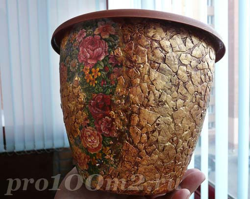 Декорируем горшок мозаикой из яичной скорлупы и декупажим салфеткой. D0a3d010