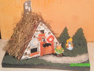 Mes Diorama Astérix sur base kinder et materiaux recuperatio Maison11