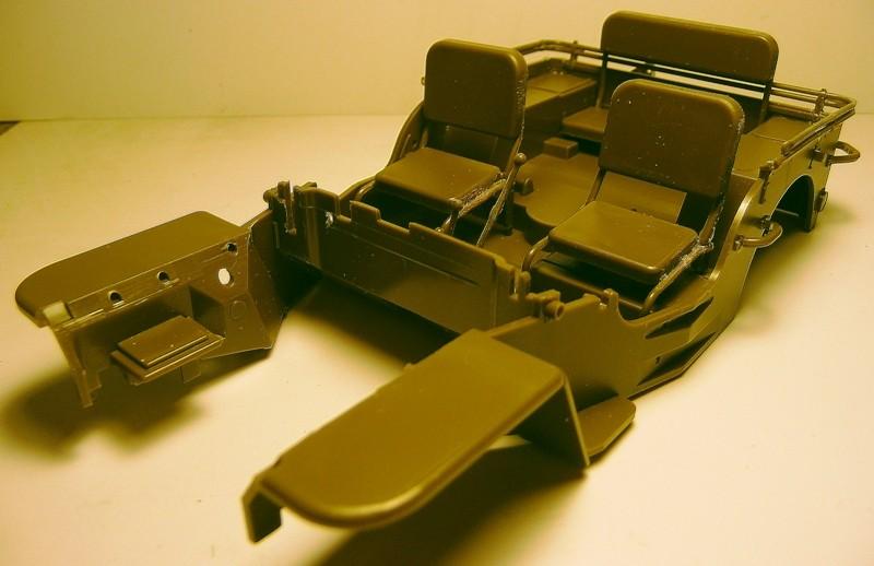 FINEMOLDS 1/20éme - U.S.ARMY 1/4 ton 4X4 TRUCK - JEEP ( SLAT GRILLE) - Page 2 P1050713