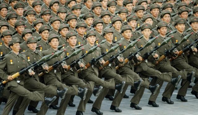 """Pyongyang menace d'une frappe nucléaire """"préventive"""" - Page 2 Armee-10"""