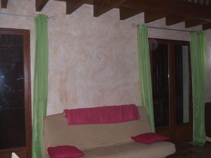 quel papier peint choisir avec des menuiseries (poutre apparentes au plafond et portes) couleur  chêne clair? Salon_11