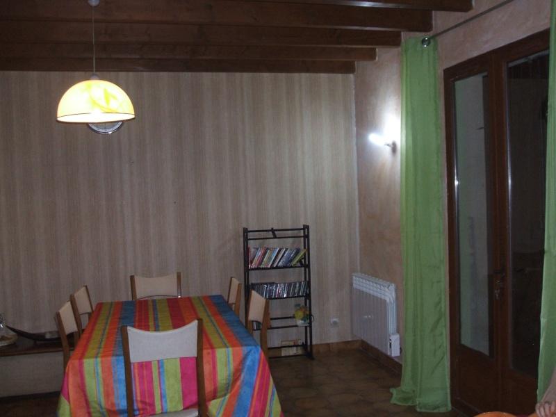 quel papier peint choisir avec des menuiseries (poutre apparentes au plafond et portes) couleur  chêne clair? Salon_13