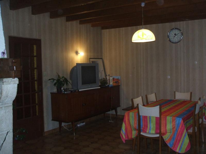 quel papier peint choisir avec des menuiseries (poutre apparentes au plafond et portes) couleur  chêne clair? Salon_14