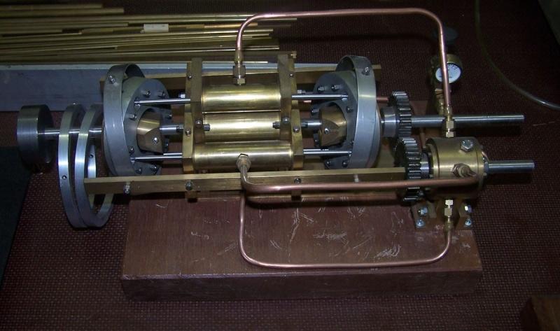 Ein paar Modelldampfmaschinen und Maschinen die mit Dampf angtrieben werden. 100_5313