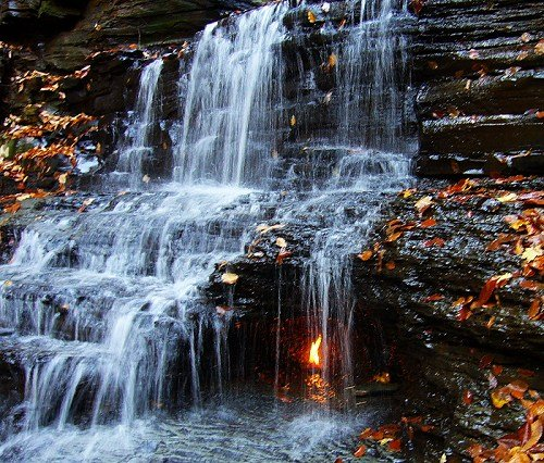 Fenomeni më i rrallë dhe i çuditshëm natyral, flaka shekullore nën ujëvarë që nuk shuhet kurrë! (foto) Uji-210