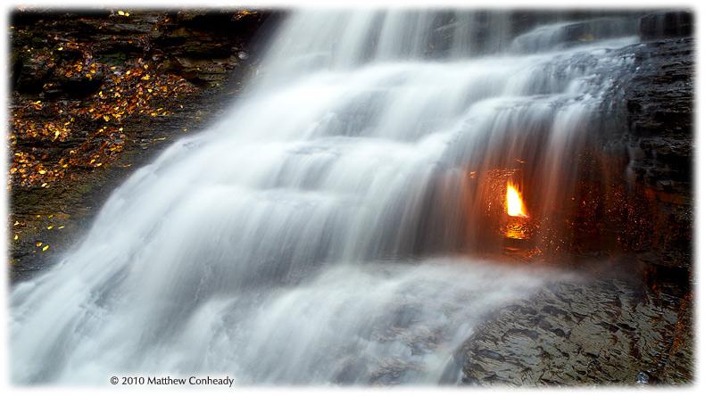 Fenomeni më i rrallë dhe i çuditshëm natyral, flaka shekullore nën ujëvarë që nuk shuhet kurrë! (foto) Uji-310