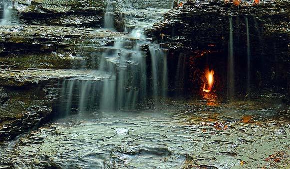 Fenomeni më i rrallë dhe i çuditshëm natyral, flaka shekullore nën ujëvarë që nuk shuhet kurrë! (foto) Uji-410