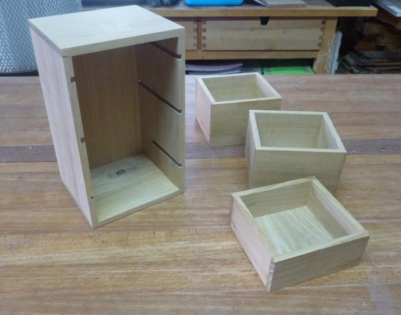 Une boîte à tiroirs en robinier et makoré 02pizo10