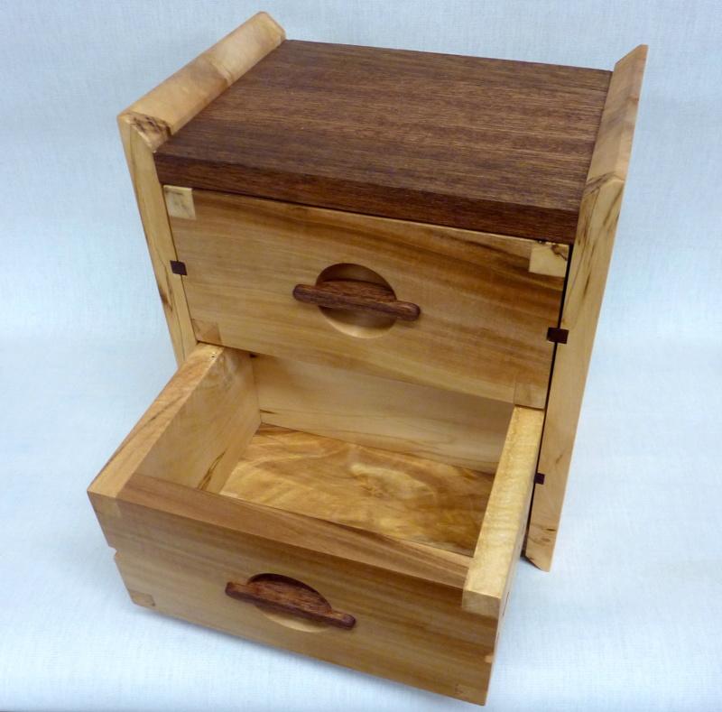 Une boîte à tiroirs en robinier et makoré - Page 2 05bozy10