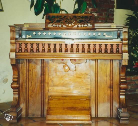 Bois mouluré, sculpté, placage d'exception... L'esthétisme de l'harmonium Weaver10