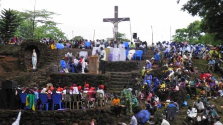 Elévation du Crucifix géant de Jésus Agonisant NIGERIA Barnabas Nwoye P5171810