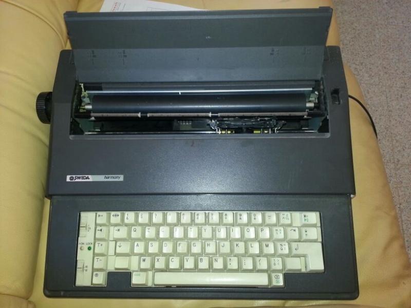VENDO tavolo bimbi + seggioline , carrozzina CHICCO unisex, macchina da scrivere e cd vari di M.Masini!!! Img-2013