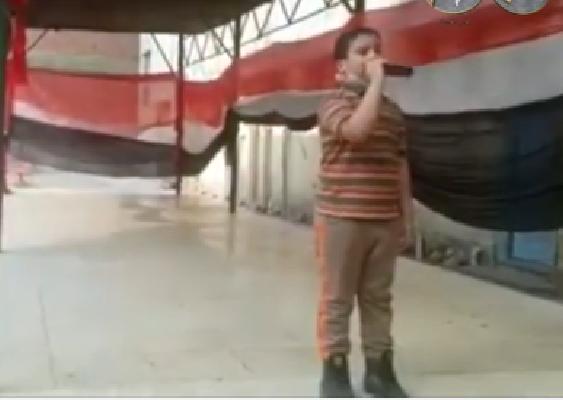 """في طابور الصباح.. طالب يغني للرئيس السيسي """"عارف ليه كلنا بنحبك"""".. فيديو 0275"""