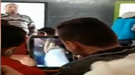 طلاب يشاهدون فيديو رقص على التابلت داخل الفصل في وجود المعلم 0282