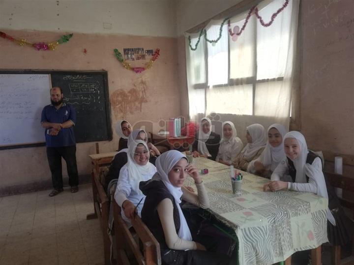 معلم يلفظ انفاسة الأخيرة أثناء شرح الدرس داخل مدرسة بالمنوفية 0438