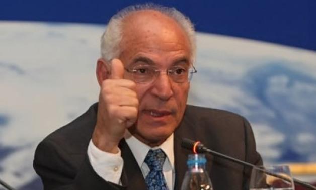 د/ فاروق الباز يوجه نصيحة للطلاب 1-6010