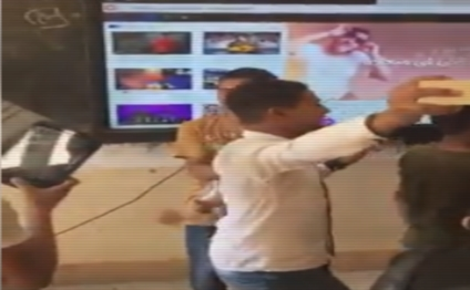 """طلاب يستخدمون السبورة الذكية في تشغيل أغاني المهرجانات والرقص على كلماتها.. """"فيديو"""" 10053"""