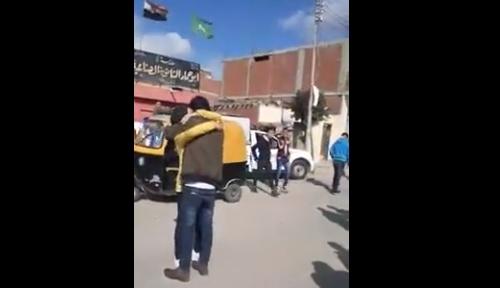 """فيديو"""" طالب يحتضن طالبة امام مدرستها بـأبوحماد.. ويهدد زملائه """"اللي هيبص لها هضربه بالنار"""" 11462"""