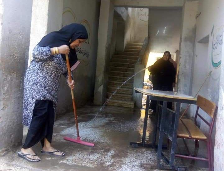 """بـ """"المساحة والخرطوم"""".. مديرة مدرسة بإدارة أرمنت تنظف الأرضيات استعدادا للعام الدراسى الجديد 12577"""